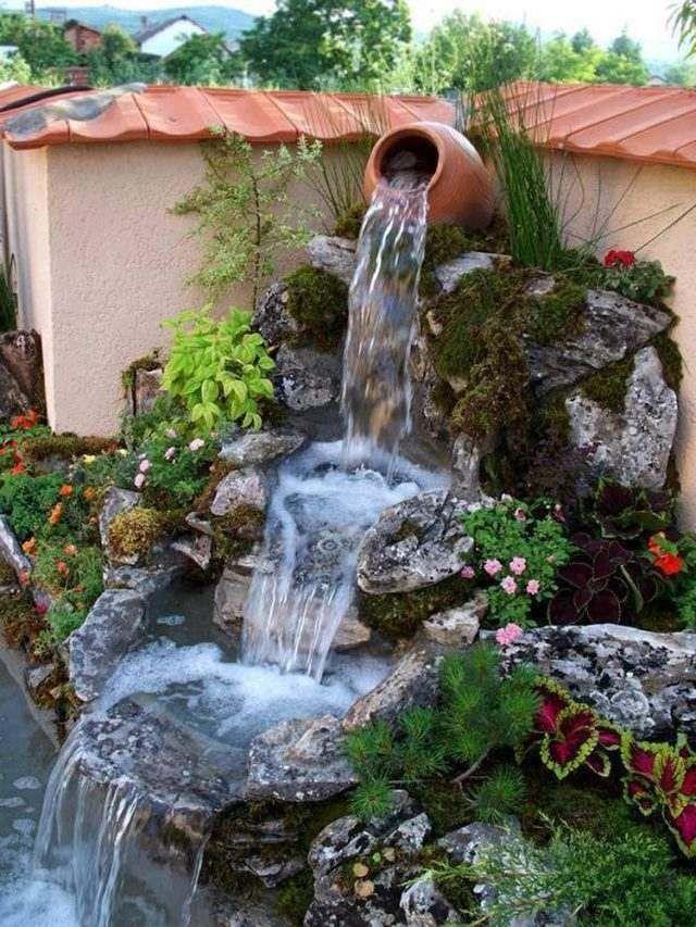 cascade de jardin -décorative-rochers-plantes-vivaces-fleurs-conifères