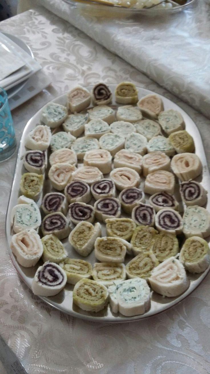Rotolini appetitosi al pate di olive, rucola e formaggio, tonno e  maionese
