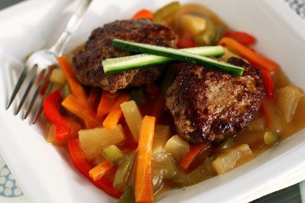 Котлеты из индейки с ярким ананасово-овощным соусом Перец сладкий красный (паприка) 1 шт. Лук зеленый 20 г Лук репчатый (100г) ½ шт. Чеснок дольки 2 шт. Имбирь свежий 5 см Уксус рисовый 70 мл Соевый соус 70 мл Фарш из индейки 600 г Мука кукурузная 100 г Морковь 100 г Перец сладкий зеленый ½ шт. Ананасовый сок 100 мл Ананасы консервированные 100 г