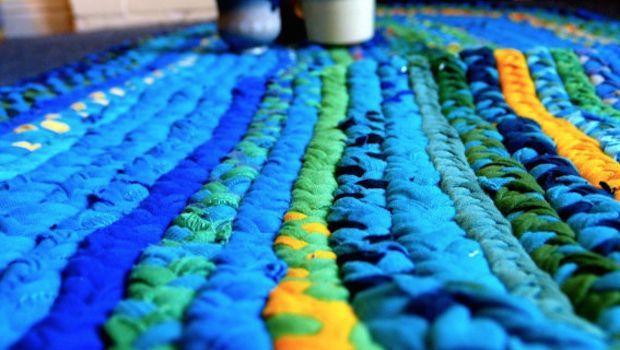 Ecco come procedere per realizzare tappeti in fettuccia con magliette e stoffa riciclate.
