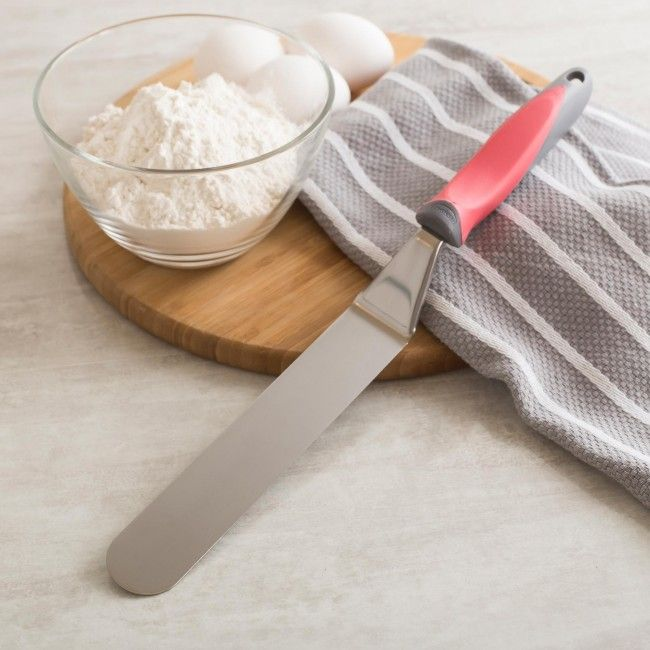 Ice your delicious baked treats perfectly with a Trudeau Structure Icing Spatula. With a comfortable grip and long icing blade icing your next cake will be easy.
