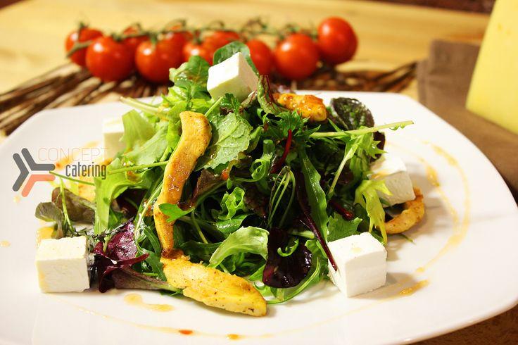 Изящный салат из куриного мяса со спелой грушей, разными листьями салата и козьим сыром, заправленный сальсой «Santa Maria» и посыпанный зёрнами граната.  #кейтеринг #еда #банкет #фуршет #концепткейтеринг #catering