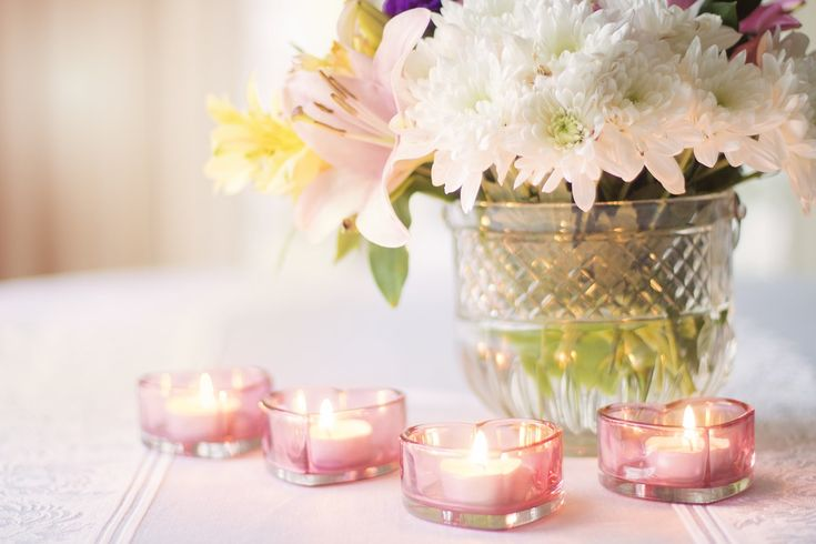 Set the Valentine's atmosphere with flowers and candles!
