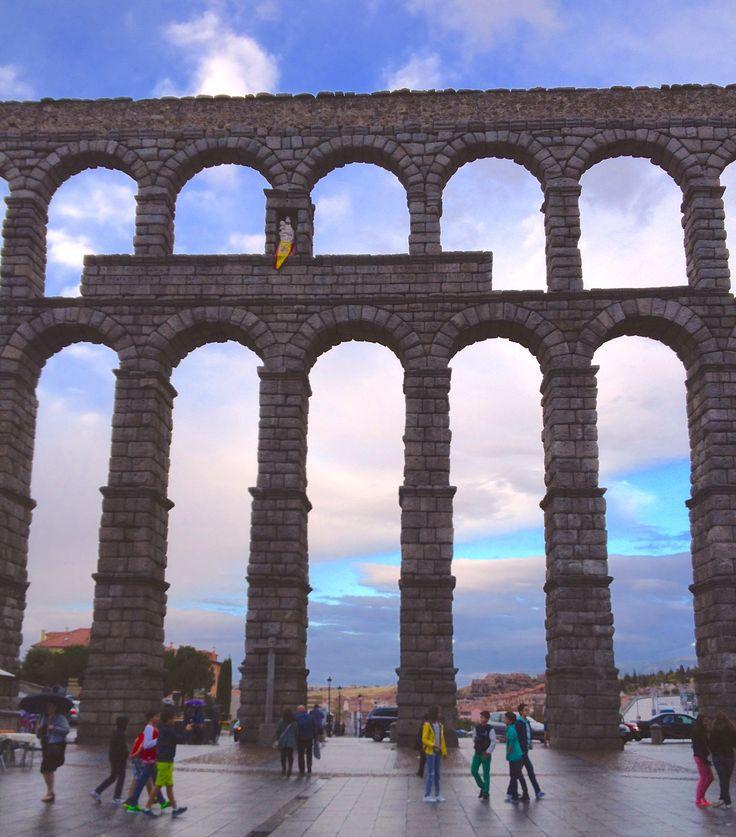 Acueducto Romano en Segovia, es de dos mil años. Está junto con gravedad. Los arcos son muy bonitos.