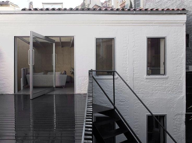 porte pivotante et terrasse - M08 Réhabilitation d'une chartreuse par BAST - Toulouse, France