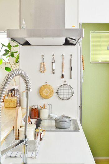 """100均""""でこんなに素敵に♪毎日立ちたい「キッチン」を作る簡単 ... 料理をする以外にも過ごす時間が多いキッチン。 食器類や調理"""