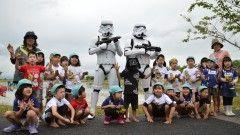 『スター・ウォーズ』田んぼアート作業をストームトルーパーが警護!子供たちも大喜び!