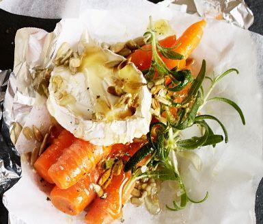 Sött, salt och krispigt! Honung, morötter och getost är en suverän kombination – som når nya höjder när getosten får smälta långsamt på grillen. Toppa alltsammans med en nypa solrosfrön!