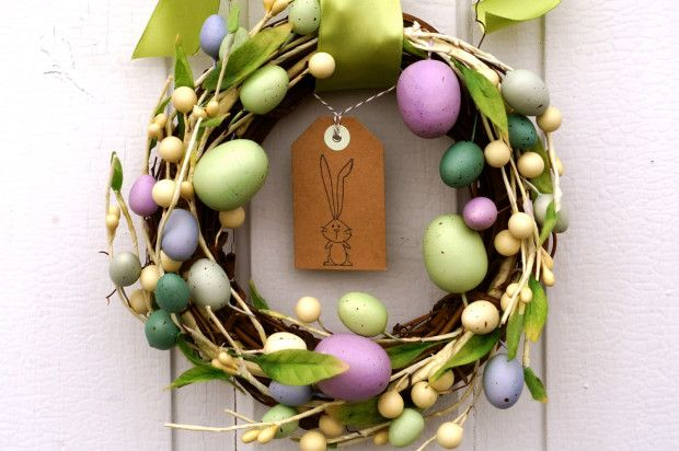 Classic Easter Wreath // Etsy Wednesday: 7 Egg-cellent Easter Decorations
