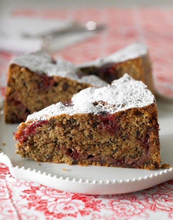 Perfekt für einen herbstlichen Kaffeeklatsch: Buchweizen, Haselnüsse und dunkle Schoko geben dem Kuchen ein herrlich intensives Aroma – die Preiselbeeren geben einen frischen Kick!