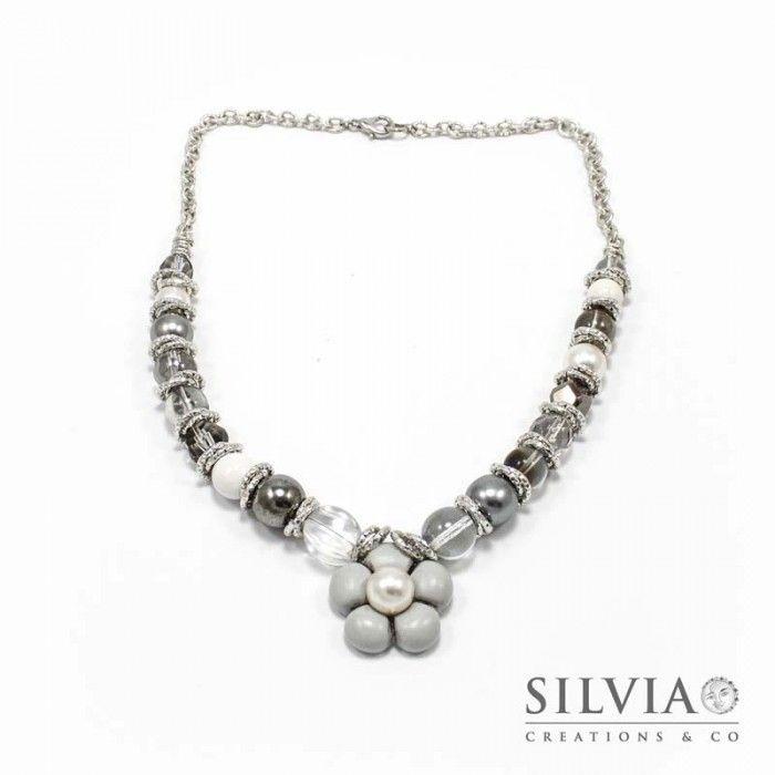 Collana perle di vetro e catena con fiore grigio
