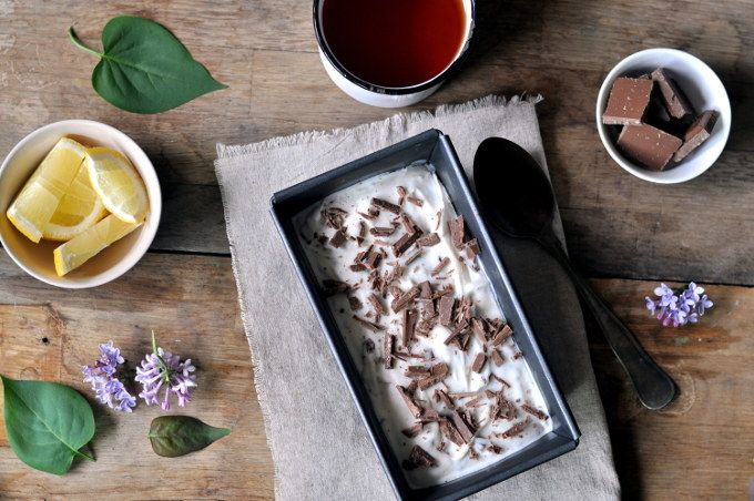 Yoghurtis med sitron og melkesjokolade er både søt og syrlig på smak, og isen passer perfekt på en varm sommerdag.