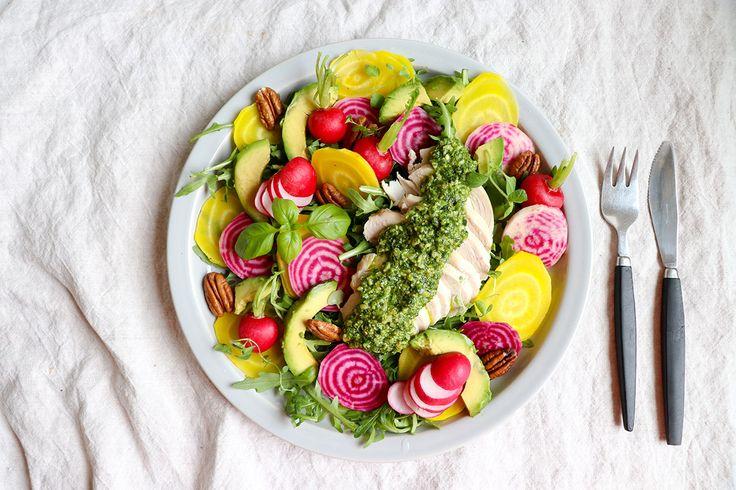 Färgsprakande sallad med betor, kyckling och pesto | Lesscarbs.se