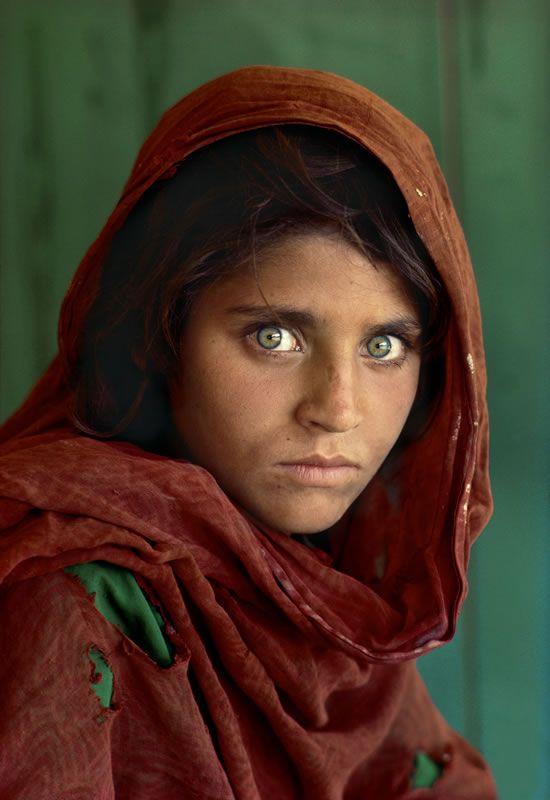 Cette photo a été prise au camp de réfugiés Nasir Bagh, au Pakistan, après le bombardement de l'Afghanistan par l'Union Soviétique. Cette image est alors apparu sur la couverture du National Geographic en juin 1985. L'identité de la jeune fille est restée inconnue pendant plus de 17 ans, jusqu'en 2002 où une équipe du National Geographic est partit en Afghanistan afin de la retrouver.