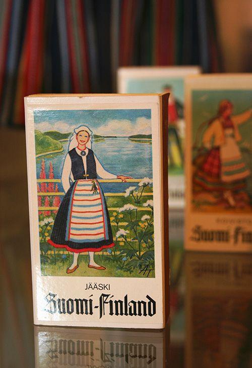 Jääsken kansallispuku tulitikkurasian kannessa. Tulitikkurasiat ovat Juhani Kemin kokoelmista. Oulu (Finland)
