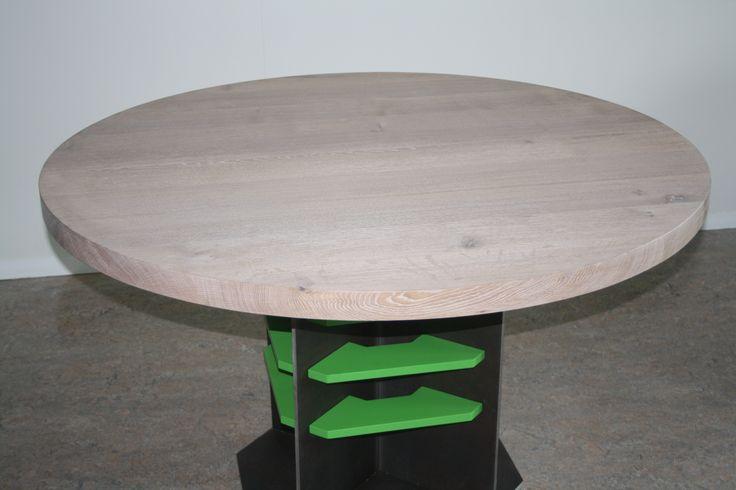 Pure materialen tafel. ontwerp Ben van Duin Massief eikenblad gemonteerd op warm gewalst stalenframe. detaillering verbindingselementen in matgelakt groen.