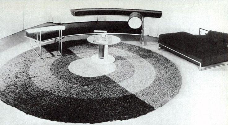 Eileen Gray: sedili in tubo d'acciaio cromato, 1925 (le prime poltrone di Le Corbusier con struttura in acciaio e cuscini sono del 1928). Tappeto tessuto a mano (diametro metri 2,80), 1925. Tavolino ad altezza regolabile, in tubo cromato e vetro, 1926. Domus 469 / dicembre 1968. Vista pagine interne