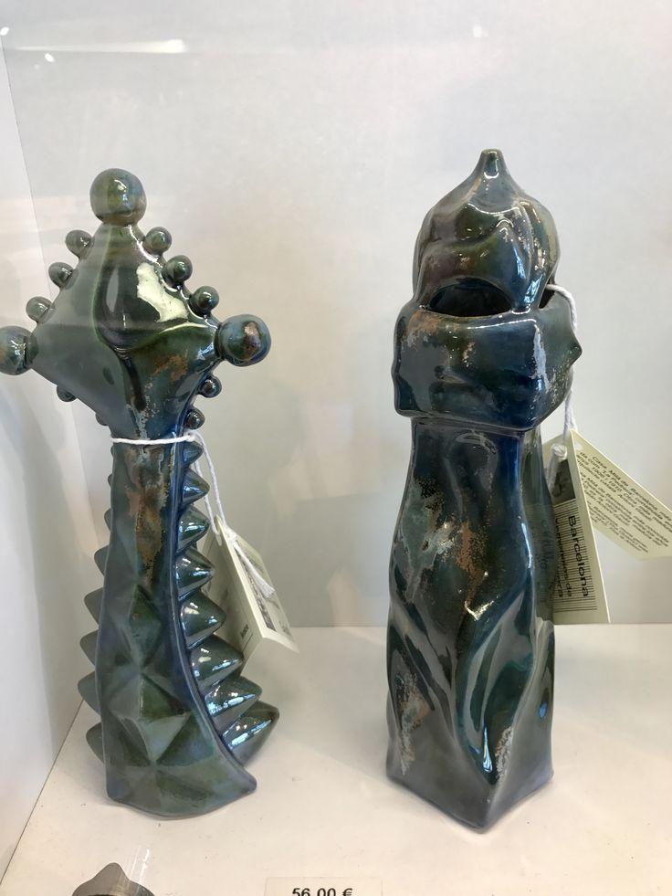 Estas cerámicas son interpretaciones artísticas de la parte de arriba de la Pedrera y la Sagrada Familia. Los colores son diferentes, pero el diseño es muy similar.
