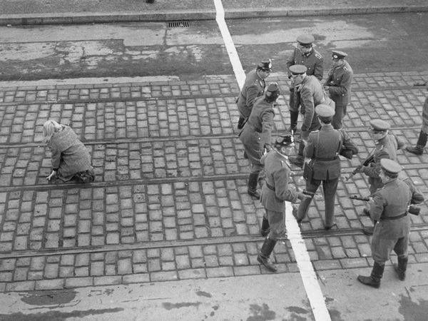 Berlin | Geteilte Stadt. Westdeutschen Grenzpolizei (links) starren Festlegung ostdeutschen Vopo, nachdem eine junge Frau macht es über die Linie in West-Berlin c. 1960