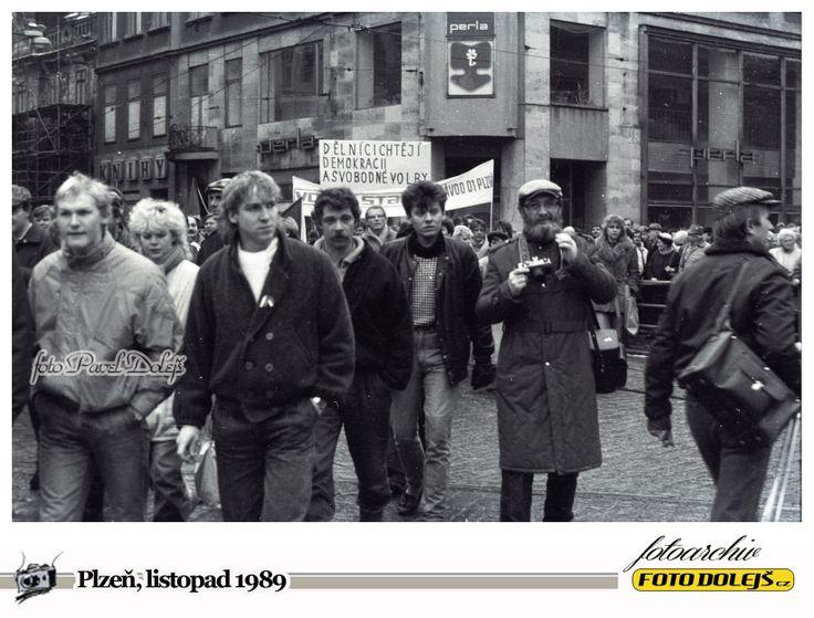 Sametová revoluce v Plzni.Náměstí republiky. S fotopaparátem pan Gryc. Foto Pavel Dolejš.