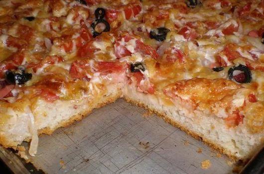 Есть пицца тонкая, а есть пицца вкусная! Данный рецепт пиццы особенно понравится любителям домашней выпечки, поскольку кроме вкусной начинки, в этой пицце есть очень вкусная, хрустящая и ароматная основа из теста. | Школа шеф-повара