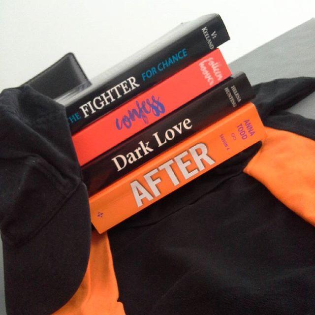 Ce soir c'est orange et noir pour moi ! Au couleur de mon travail ! ⚽    Des avis sur ces livres ?    Passez un bon week-end mes petits ! 😘    #P-P    #bookshelves #books #bookstagram #book #bookaholic #bookaddict #after #annatodd #darklove #helenahunting #confess #colleenhoover #thefighterforchance #vikeeland #black #orange #work #football