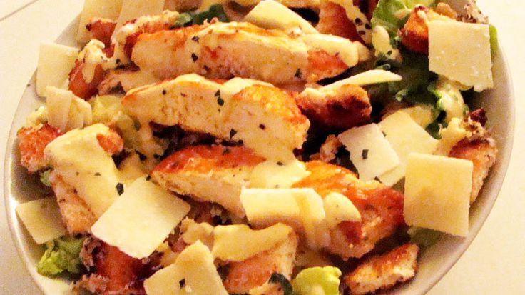Préparation : Laver la laitue romaine, la couper et la disposer dans des assiettes creuses. Préparer la sauce césar : mélanger à la fourchette le jaune d'œuf et la moutarde pour obtenir une sauce homogène. Puis ajouter l\\\'huile petit à petit comme pour préparer une mayonnaise avec un fouet Saler, ...