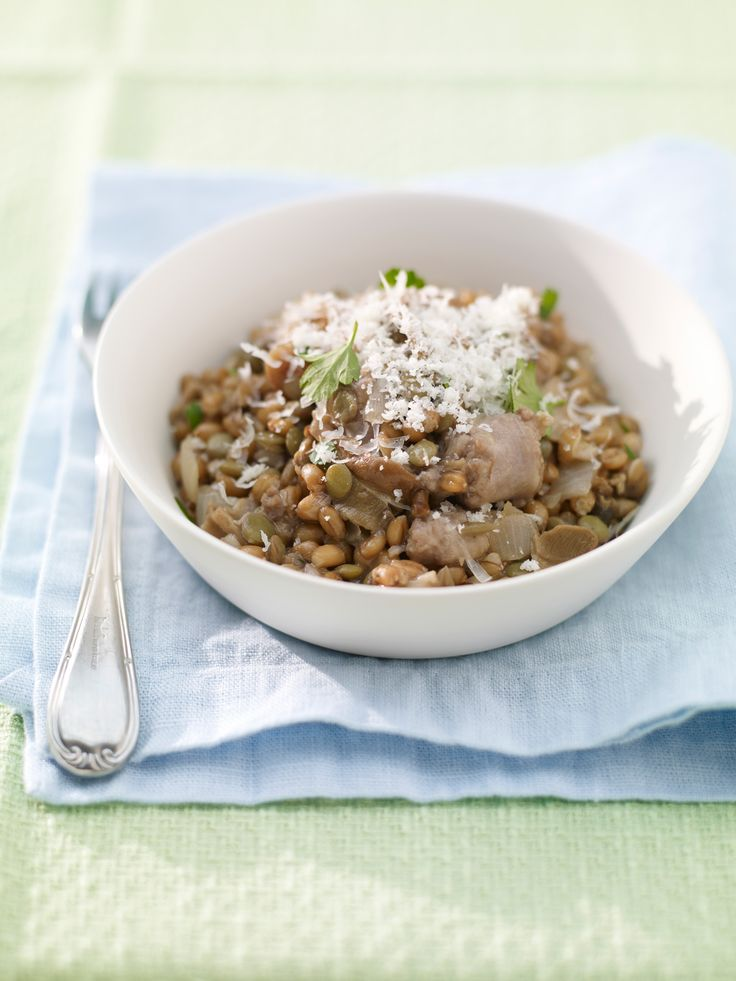 Dimentica il classico risotto! Scopri la ricetta del farrotto con salsiccia e lenticchie, un primo piatto completo ricco di vitamine, fibre e proteine.