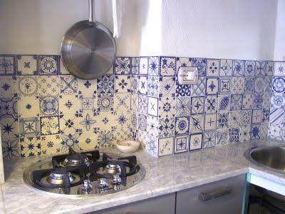 blauw/witte wandtegels en bijzondere kookplaat.