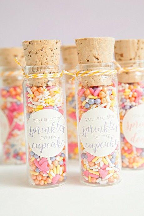 Pour les cadeaux de vos invités, vous souhaitez offrir un présent sucré mais en évitant les traditionnelles dragées ? Alors, surprenez vos invités avec des petits...