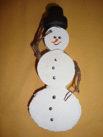 sneeuwpop, van houtschijfjes, takjes en kurkhoedje