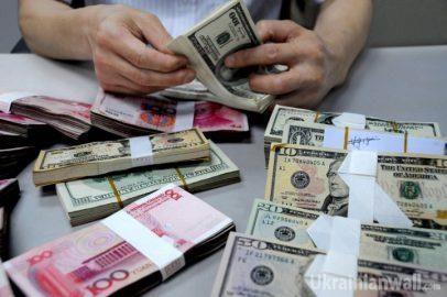 Украинские банки будут менять курс валют по несколько раз в день http://ukrainianwall.com/ukraine/ukrainskie-banki-budut-menyat-kurs-valyut-po-neskolko-raz-v-den/  Национальный банк упростил порядок проведения валютно-обменных операций, позволив банкам и обменникам в течение дня менять курсы валют по несколько раз. 15 июня бессрочные нововведения вступили в силу в рамках отмены