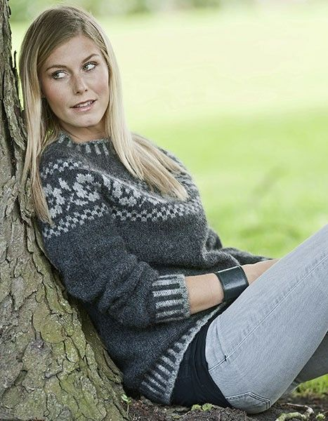 Sweater med rosenbort - Designs - Hjelholts Uldspinderi