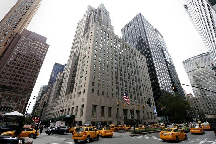 Легенда Нью-Йорка закрывается на ремонт. Waldorf Astoria всегда был в числе законодателей моды и первым задавал высокие стандарты сервиса. Сегодня это покажется странным, но когда-то именно в нем впервые упразднили специальный вход для женщин – до этого им идти через парадный подъезд без сопровождения мужчин. Именно здесь впервые появился так называемый room-service, это когда в номер могли подать кофе, чай или ужин. Говорят, в отеле нет одинаковых номеров – все со своим неповторимым…