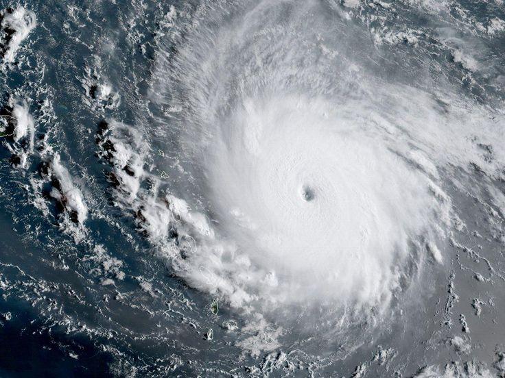"""SOS!!! SOS!!! ALERRRTTT!!! Badai Samudera Atlantik yang paling kuat dalam sejarah yang tercatat telah menghancurkan bangunan dan menyebabkan banjir besar di beberapa pulau di Karibia, karena turis Inggris dievakuasi dari wilayah tersebut di tengah peringatan bahwa badai akan """"berpotensi bencana"""". #thearduinoshop"""