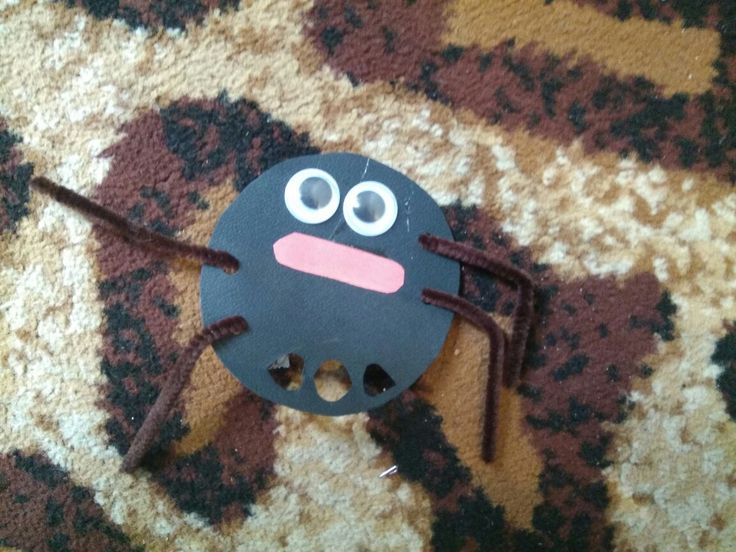 Membuat laba-laba mudah.  Alat dan bahan : 1. Pipet  2. Mata mainan  3. Kertas warna hitam