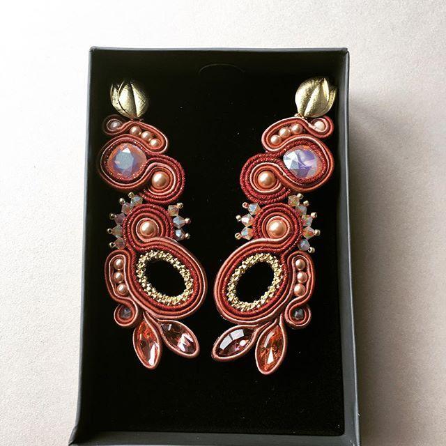 #jewelry #madeinromania #handmadejewelry #earrings #handmadeearrings #soutache #soutacheearrings #gold #swarovski #swarovskicrystals #cercei #handmade #fattoamano #orecchini #anasasjewelry