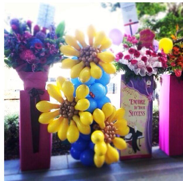 Balloon Centerpieces With Flowers : Daisy flower balloon decor