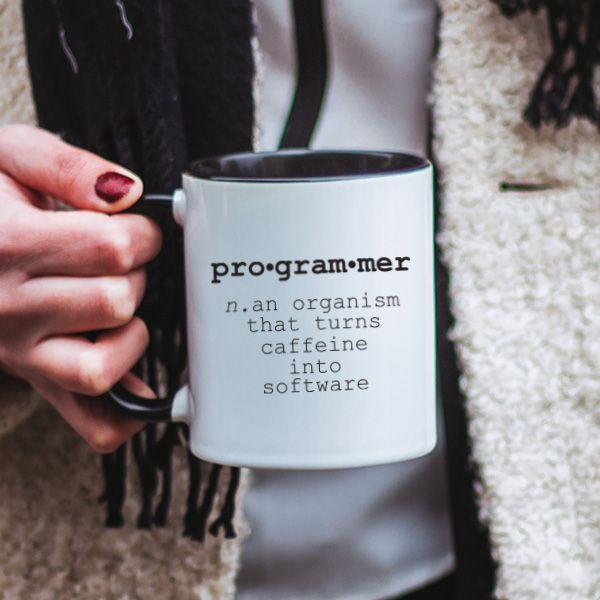 Stii care este definitia unui programator? Daca nu, te putem ajuta noi cu asta. Aceasta cana cu mesaj haios este cadoul perfect pentru prietenul tau programator.