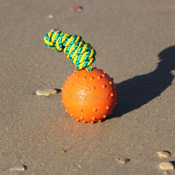 Duża pływająca piłka z twardej i pełnej gumy dla psa zawiera 92 % kauczuku, co nadaje piłce większą niezniszczalność i odporność na ugryzienia. Piłka nawleczona jest na nylonowym sznurku o długości 40 cm, pozwalając łatwo i z przyjemnością bawić się z psem. Mimo tego piłeczka ma przyjemny zapach, przez który pies szuka piłki. Nietonąca zabawka będzie cudownym prezentem dla średnich lub dużych psów.