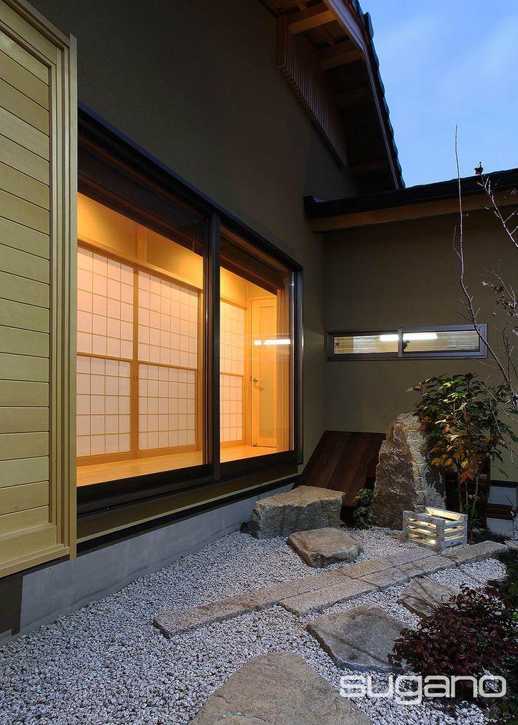 和風住宅の中庭。和室の雪見障子をからは、縁側越しに中庭を望めます。 #和風建築 #和風住宅 #石庭 #外観 #菅野企画設計