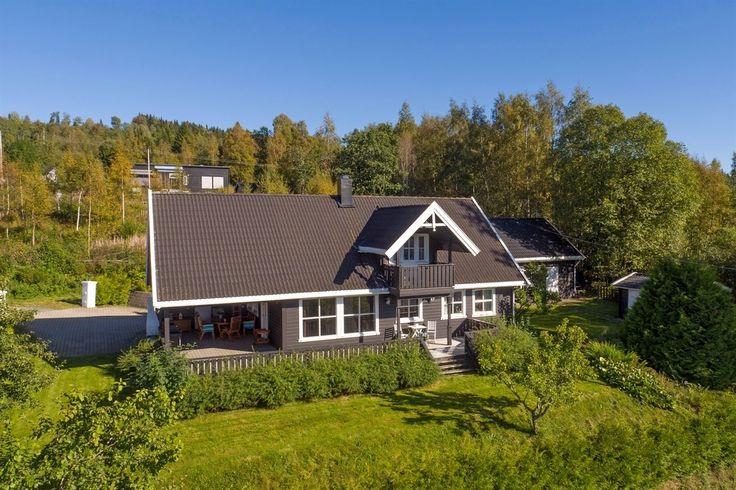 FIND - Rudsbygd, хорошо поддерживается отдельно стоящий дом на двух уровнях с сельской и очень солнечном месте, открывается великолепный вид!