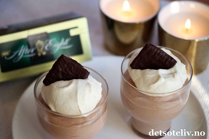 Nydelig, nydelig, nydelig desserttips! After Eight sjokolademousse lages med smeltet After Eight og kremfløte. Så enkelt, men likevel så godt! Oppskriften gir 6-8 porsjoner.