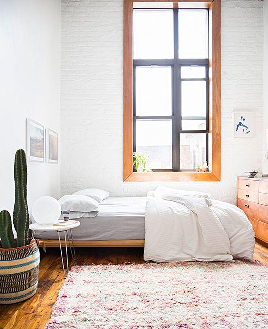 Appartement situé à Brooklin. Look rétro américain, Chambre au look ethnique. Tapis Berbere, Cactus dans panier coloré.
