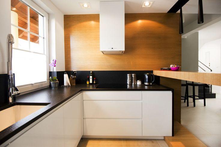 Meble na wymiar Katowice / Mysłowice  biała kuchnia nowoczesna , ciepły fornir , drewno , lakier z drewnem, czarny blat , granitowy blat , rozwiązania , wnętrza , szerokie szuflady , Blum , klasyczne , proste , elegancka , biały lakier , meble na wymiar