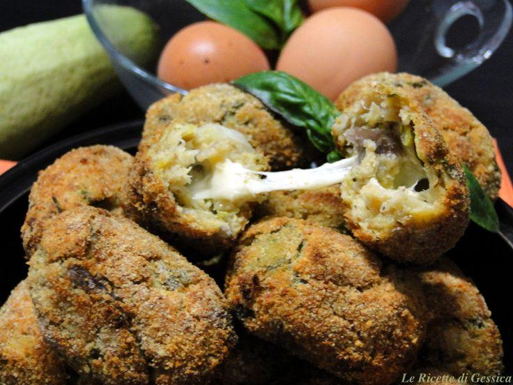 Ricetta per preparare le crocchette di melanzane e zucchine filanti. Le Polpette sono cotte al forno e non hanno carni. Ricetta vegetariana. Piatto freddo