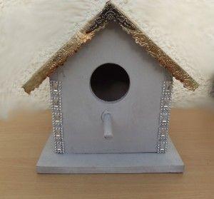 Ce nichoir pour oiseaux est fait en contre-plaquer marine de 1 cm d'épaisseur . Assembler les côtés au devant et derrière en les clouant ainsi que le fond et les 2 toits. Sur le toit  J'ai ouvert des grandes canettes de cola, je l'ai ai embossées avec une plaque et la Big Shot . Le trou est découpé avec une scie cloche, j'ai aussi fait un trou derrière et rajouté une plaque de bois de 7 cm sur 7 cm  avec un clou pour le nettoyage.