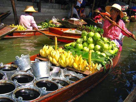 """O Mercado Flutuante (que ficou famoso pelo clássico James Bond """"O Homem com a Pistola de Ouro"""") está localizado no Canal Damnoen Saduak  na região de Bangkok. Embora agora uma grande atração turística, o mercado é um lugar fotogênico onde os visitantes podem ter uma ideia de como era o comércio na Tailândia, antes da modernização da cidade. É também muito divertido. Comprar algo aqui significa passar por um barco longo e estreito repleto de mercadorias - uma experiência em si!"""