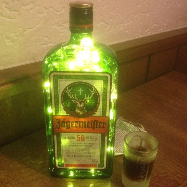 **Jägermeister** Flasche beleuchtet. Die Flasche wird mit **80 LED-Lämpchen** (Warmweiß) beleuchtet, die durch ein Loch auf der Rückseite in die Flasche gebracht wurden. Für innen und außen...