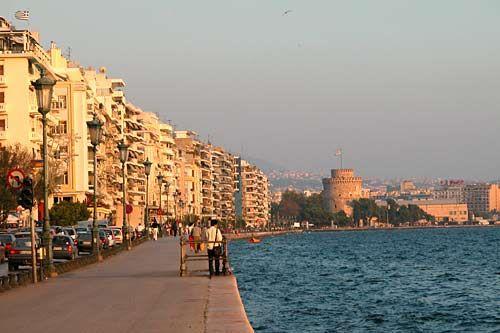 Lefkos Pirgos widoczna na zdjęciu to zdecydowanie nie jedyne miejsce, które warto zobaczyć w Salonikach.